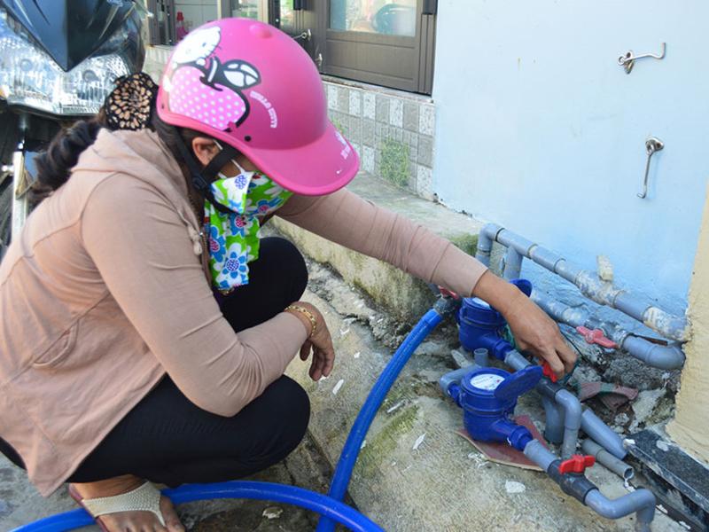 Cách xử lý đồng hồ nước quay do khí trong đường ống
